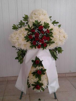 στεφάνι σταυρός με κόκκινα τριαντάφυλλα