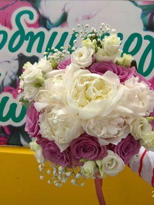 νυφική με πεόνιες και μωβ τριανταφυλλα