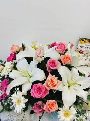έτοιμη η σύνθεση φρέσκων λουλουδιών για αρραβώνα αποστολή στο κέντρο της θεσσαλονίκης