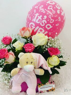 σύνθεση λουλουδιών με αρκουδάκι και μπαλόνι