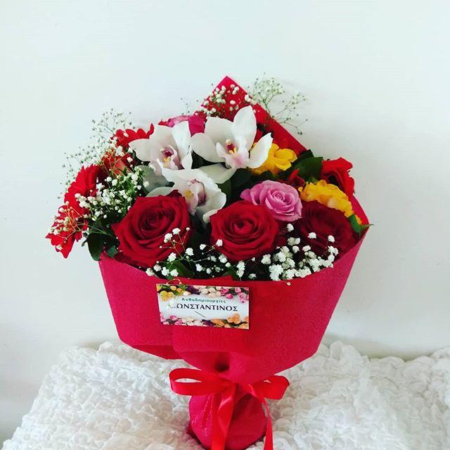 ανθοδέσμη με τριαντάφυλλα και ορχιδέες