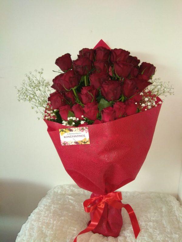 κοκκινα τριανταφυλλα σε ανθοδεσμη