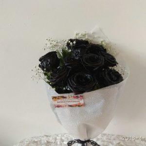 Σπάνια ποικιλία μαύρου τριαντάφυλλου θα βρειτε στο ανθοπωλειο στην θεσσαλονικη ανθοδημιουργίες Κωνσταντινος