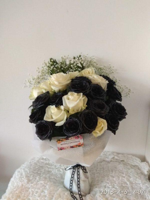 Ανθοδέσμη με λευκά και μαύρα τριαντάφυλλα