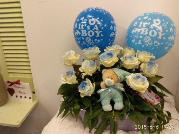 συνθεση λουλουδιων σε σιελ αποχρωσεις με μπαλονια και αρκουδακι