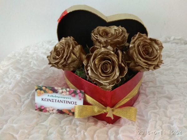 4 Τριαντάφυλλα Forever Roses σε χρυσό χρώμα με κουτί σε σχήμα καρδιάς. Ανθοπωλείο Ανθοδημιουργίες Τούμπα Θεσσαλονίκης
