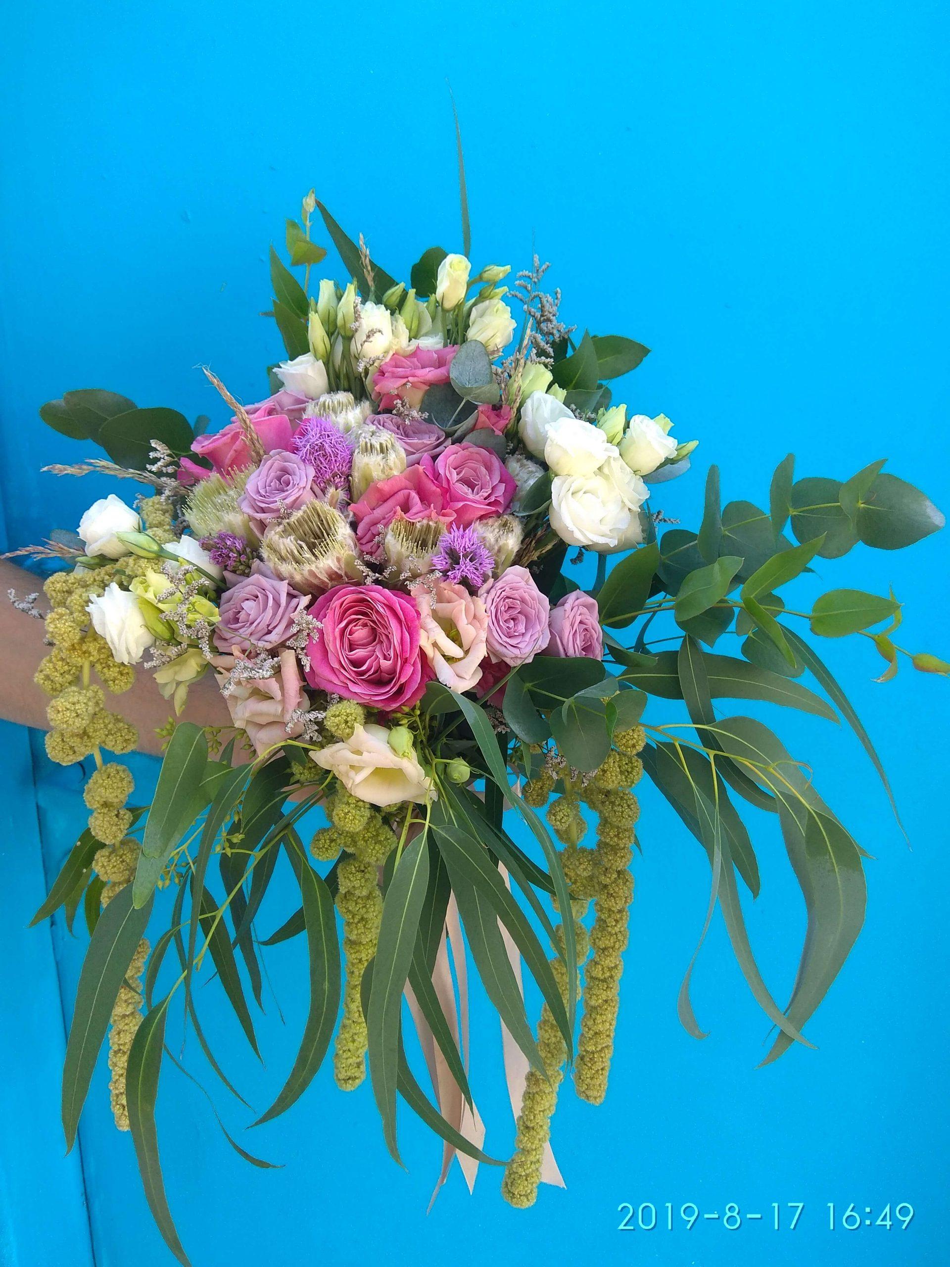 νυφική ανθοδέσμη κρεμαστή με αμάρανθους τριαντάφυλλα και πρωτέες