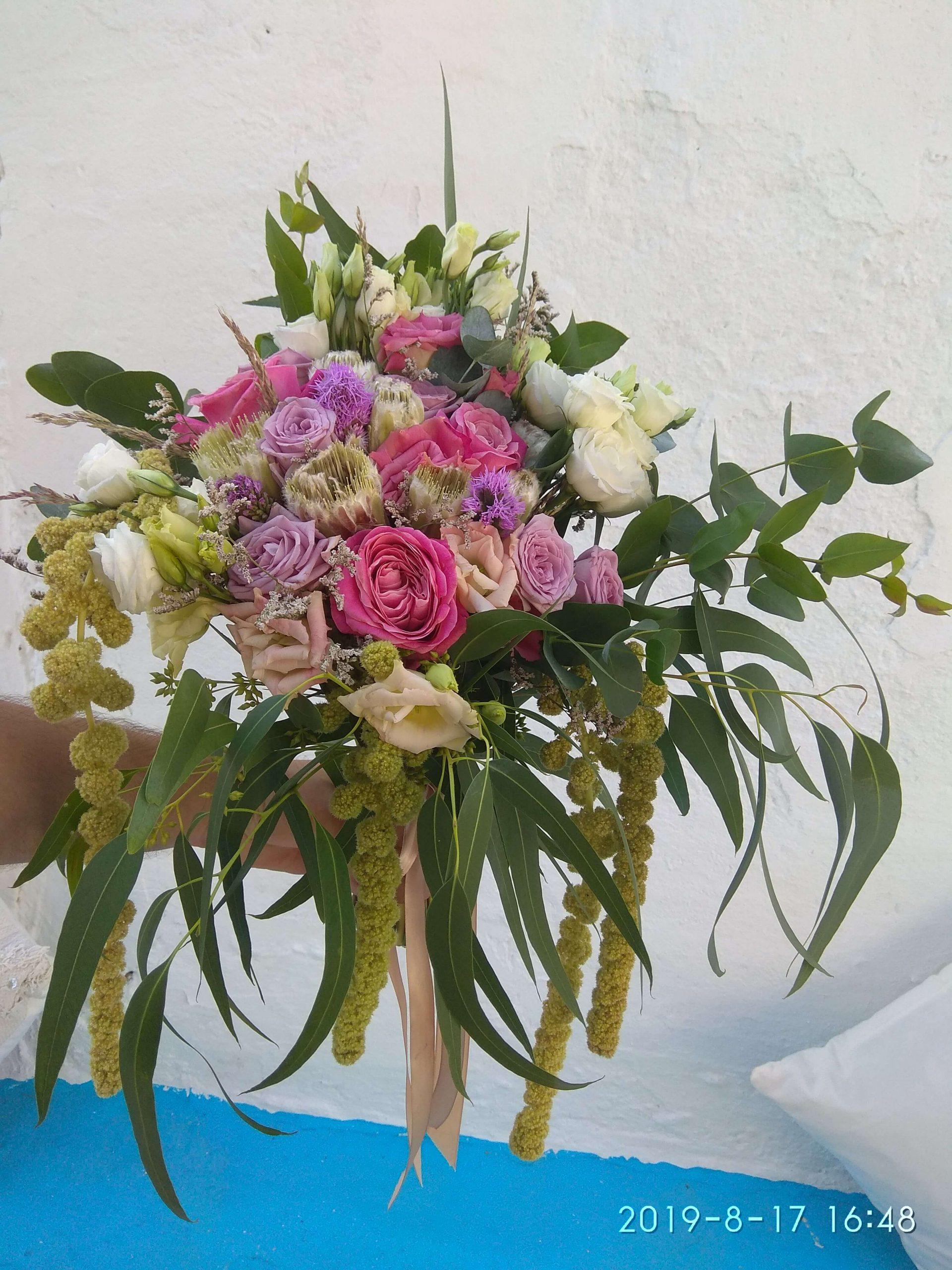 ανθοδέσμη γάμου κρεμαστή με αμάρανθους τριαντάφυλλα και πρωτέες