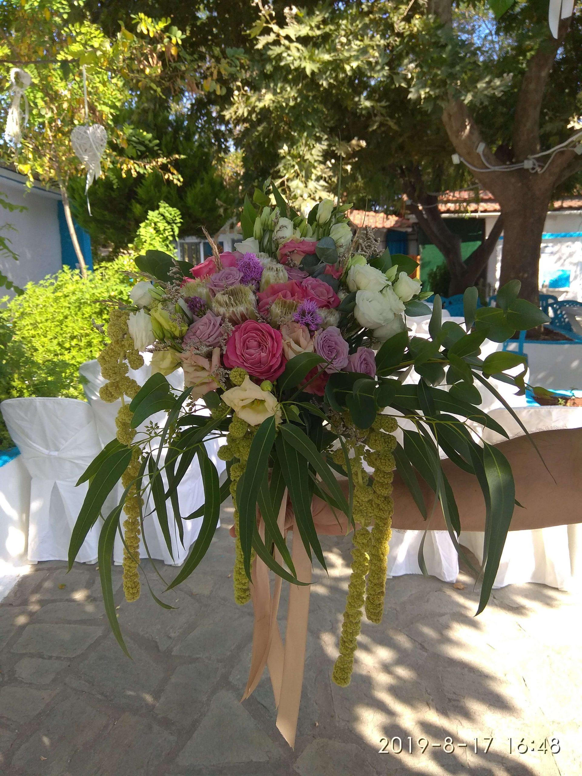 ανθοδέσμη γάμου κρεμαστή με αμάρανθους τριαντάφυλλα πρωτέες στο Εκκλησάκι Παναγία Φανερωμένη στη Σκιώνη χαλκιδικής