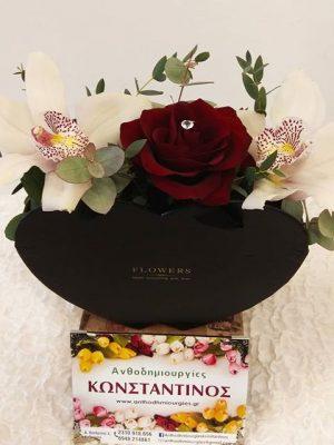 τσαντάκι καρδιάς διακοσμημένο με ορχιδεες και κοκκινα τριανταφυλλα μαζι με στρασάκια