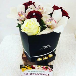 οσύνθεση σε κουτί καρδιάς ετοιμάσαμε με ορχιδέες και τριαντάφυλλα