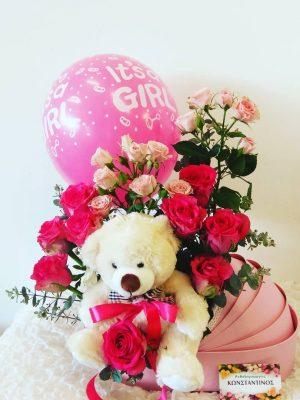 Χαρούμενη και ευφάνταστη σύνθεση λουλουδιών σε διακοσμητικό καροτσάκι χρώματος ροζ το οποίο το διακοσμήσαμε με μπαλόνι και αρκουδάκι και το αποστείλαμε σε κλινική της Θεσσαλονίκης