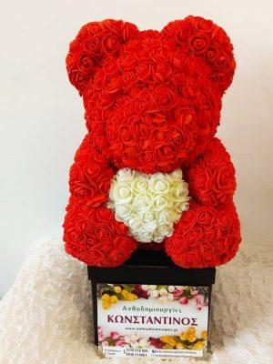 τριαντάφυλλα μακράς διάρκειας διακοσμημένα σε χειροποίητο αρκουδάκι