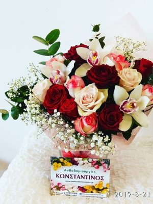 ορχιδέες και τριαντάφυλλα συνδυασμένα σε ωραίο ύφασμα