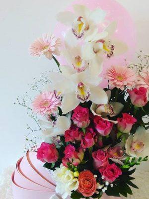σύνθεση με ορχιδέες και τριαντάφυλλα μαζί με μπαλόνι για νεογέννητο