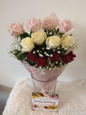 12 τριαντάφυλλα διαφορετικού χρώματος σε ανθοδέσμη για την γιορτή της μητέρας τον Μάιο