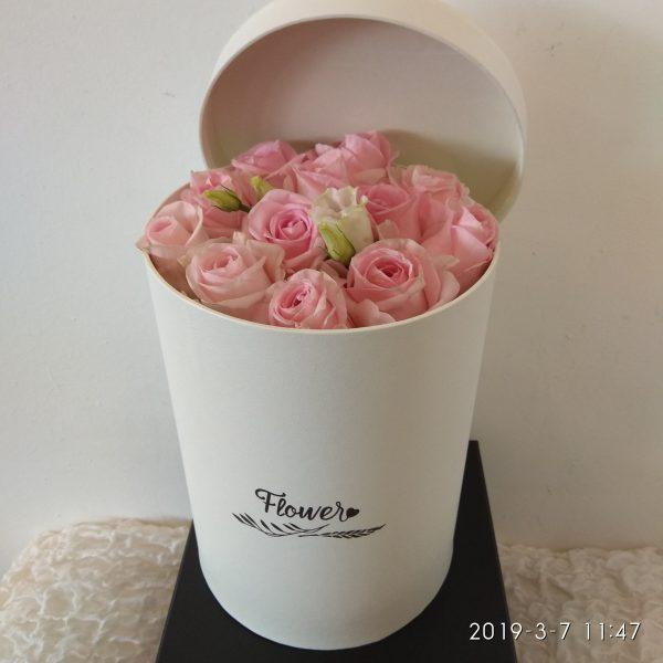 σύνθεση με ροζ τριαντάφυλλα σε λευκό κουτί