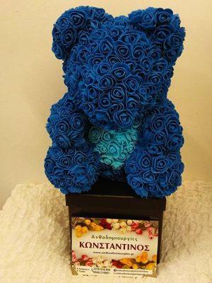 σύνθεση χειροποίητη αρκουδάκια με μπλε τριαντάφυλλα