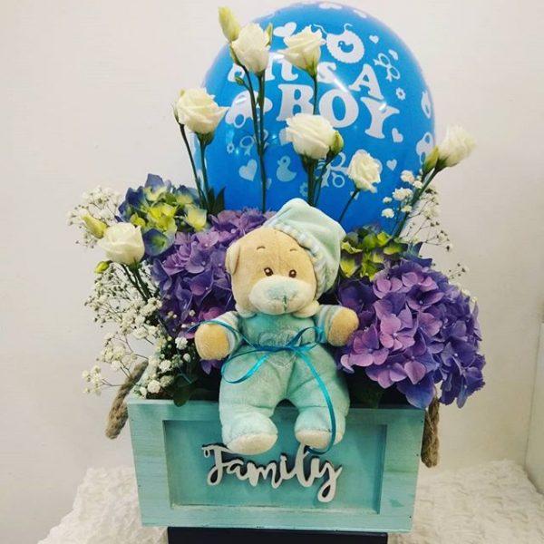 σύνθεση με ορτανσίες μπλέ μοβ δώρο για νεογέννητο