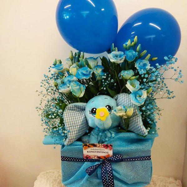 Σύνθεση λουλουδιών με μπαλόνι και ελεφαντάκι σε ωραίο κουτί. Δώρο για νεογέννητο αγοράκι.