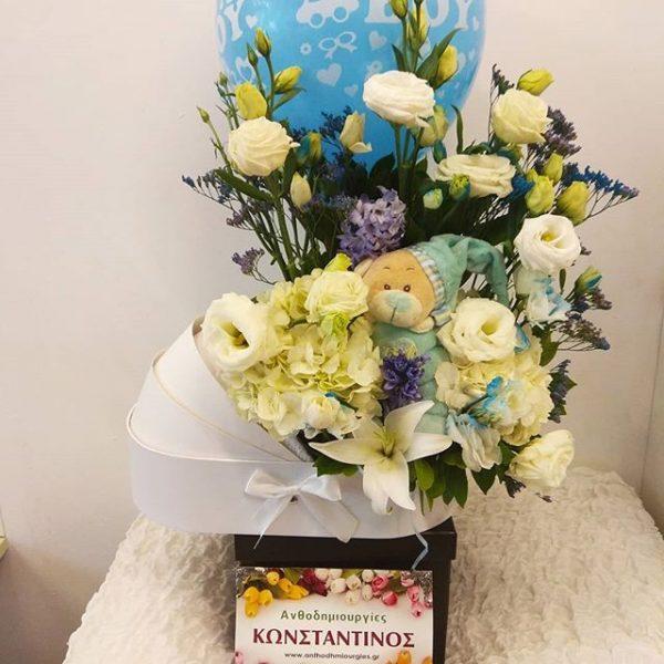 Σύνθεση λουλουδιών λευκό γαλάζιο σε διακοσμητικό καροτσάκι μαζί με μπαλόνι και λούτρινο